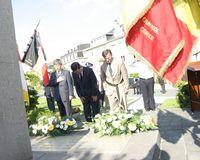 Monsieur Kwon Moon Yong et Serge de Patoul devant le monument de Corée