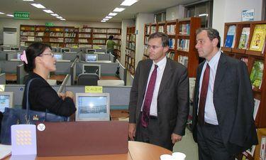 Serge de Patoul et Dominique Harmel dans la bibliothèque physique et en ligne